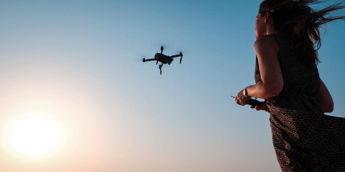 ドローンを飛ばすのに資格や免許は必要?法律や規制を丁寧に解説