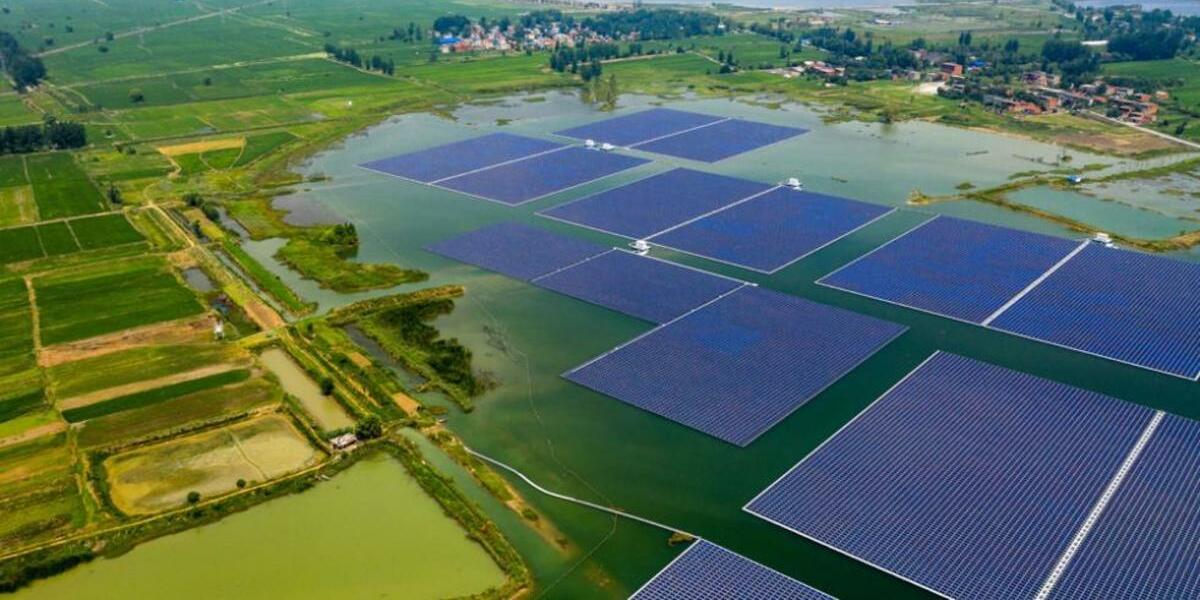 絶景!夏の水上発電の空撮映像