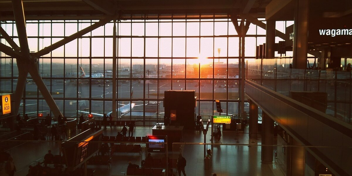 イギリスのヒースロー空港で環境団体が抗議!ドローンの使用で飛行機の離陸が遅れる事態に