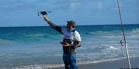 最近の釣り人は、釣り竿、リール、DJIドローンを持って海へと向かいます