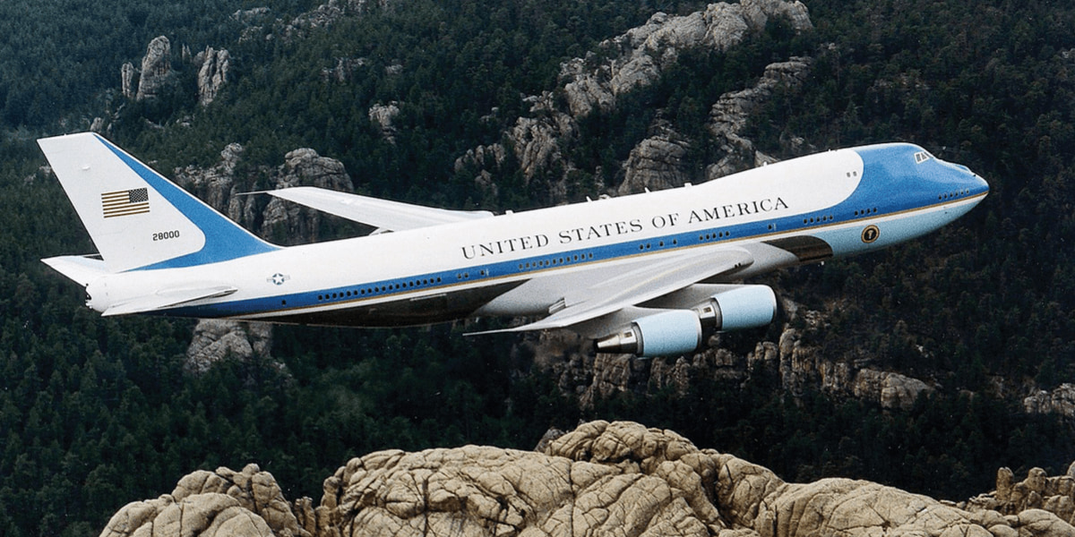 トランプ大統領の飛行機にドローンらしき物が衝突 事故などは発生せず
