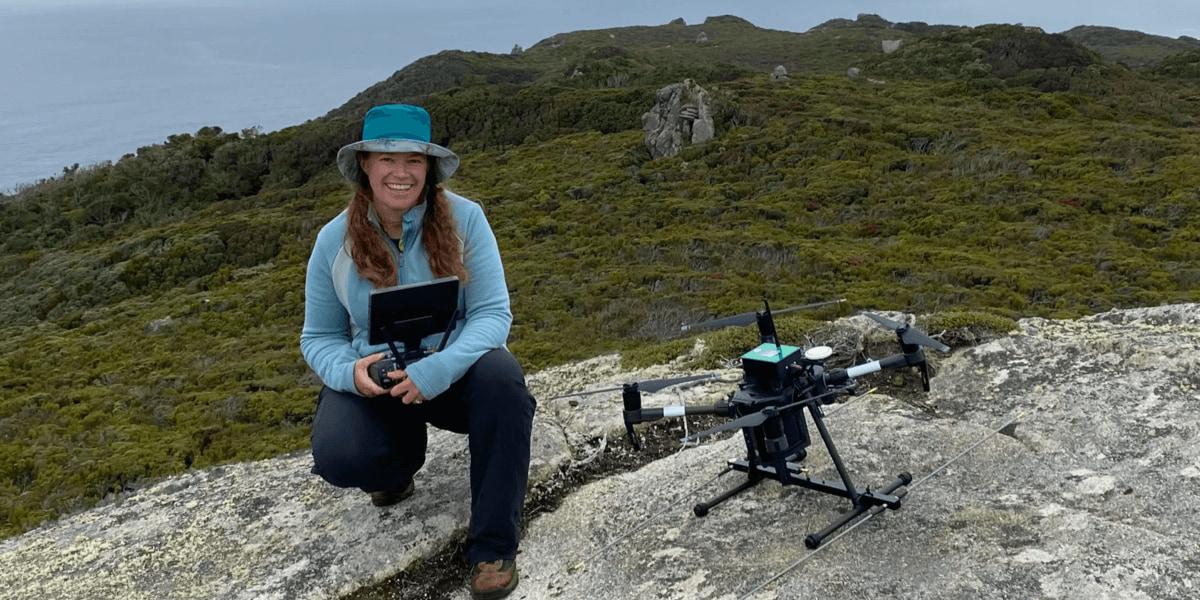 生物学者が絶滅危惧の動物を調査するため、追跡ドローンを使用