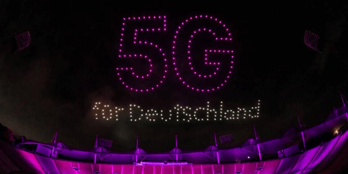T-Mobile、5Gネットワーク立ち上げを祝いドローンライトショーを開催