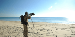 イタリア軍がドローンを止めるマイクロ波レーザー銃をテスト- Drone Defence