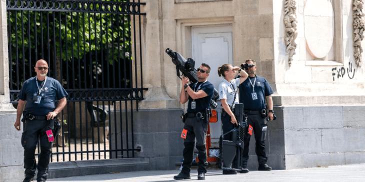 バイデン大統領がベルギー王宮訪問中、警察はドローン銃で警備