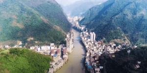 世界で最も細長い都市、中国雲南省のとある街のドローン映像